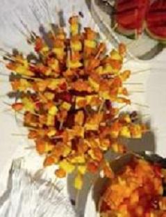 """E' tempo di ristorazione solidale (nella foto i nostri spiedini di frutta per un """"matrimonio solidale"""")."""