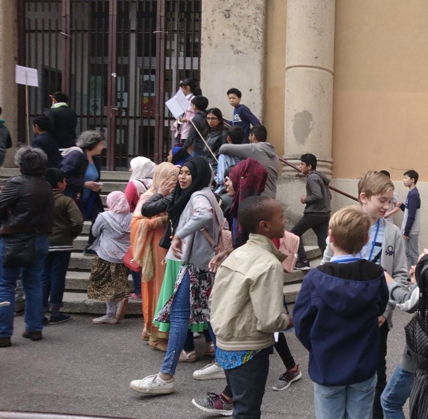 Per la prima volta a Bergamo una scuola racconta, in sei lingue diverse, le storie di quartiere e lo fa rendendo ragazze e ragazzi protagonisti.